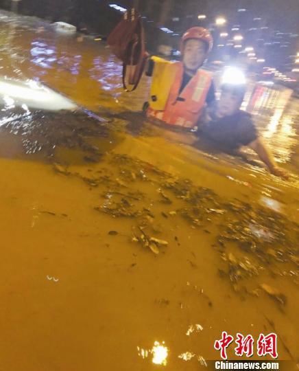 湖北宜昌夜降暴雨致多地积水 消防疏散转移300余人(图)