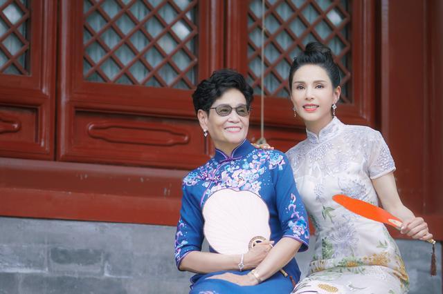 《熟悉的味道》李若彤旗袍写真曝光!逆龄女神和母亲合照气质优雅