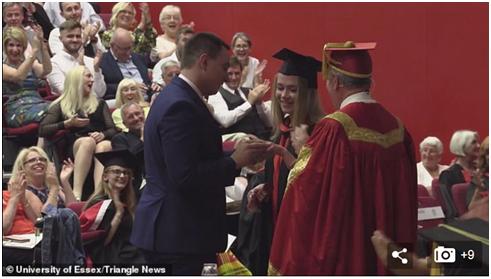 英国小伙在女友毕业典礼上求婚,却被女权主义者盯上
