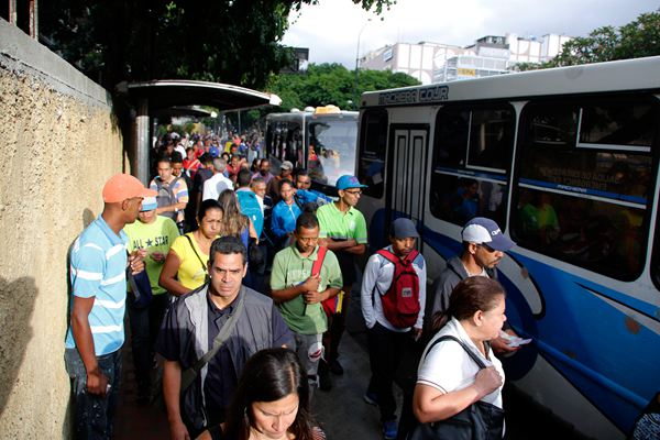 """委内瑞拉全国性大断电继续 通勤民众路边上演""""人在囧途"""""""