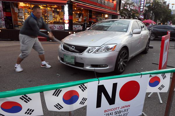 韩国民众抵制日货掀高潮 男子怒砸日系车