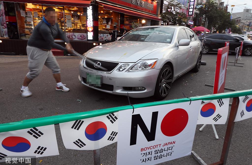 韩国民众持续抗议日本出口管制 男子怒砸日系车