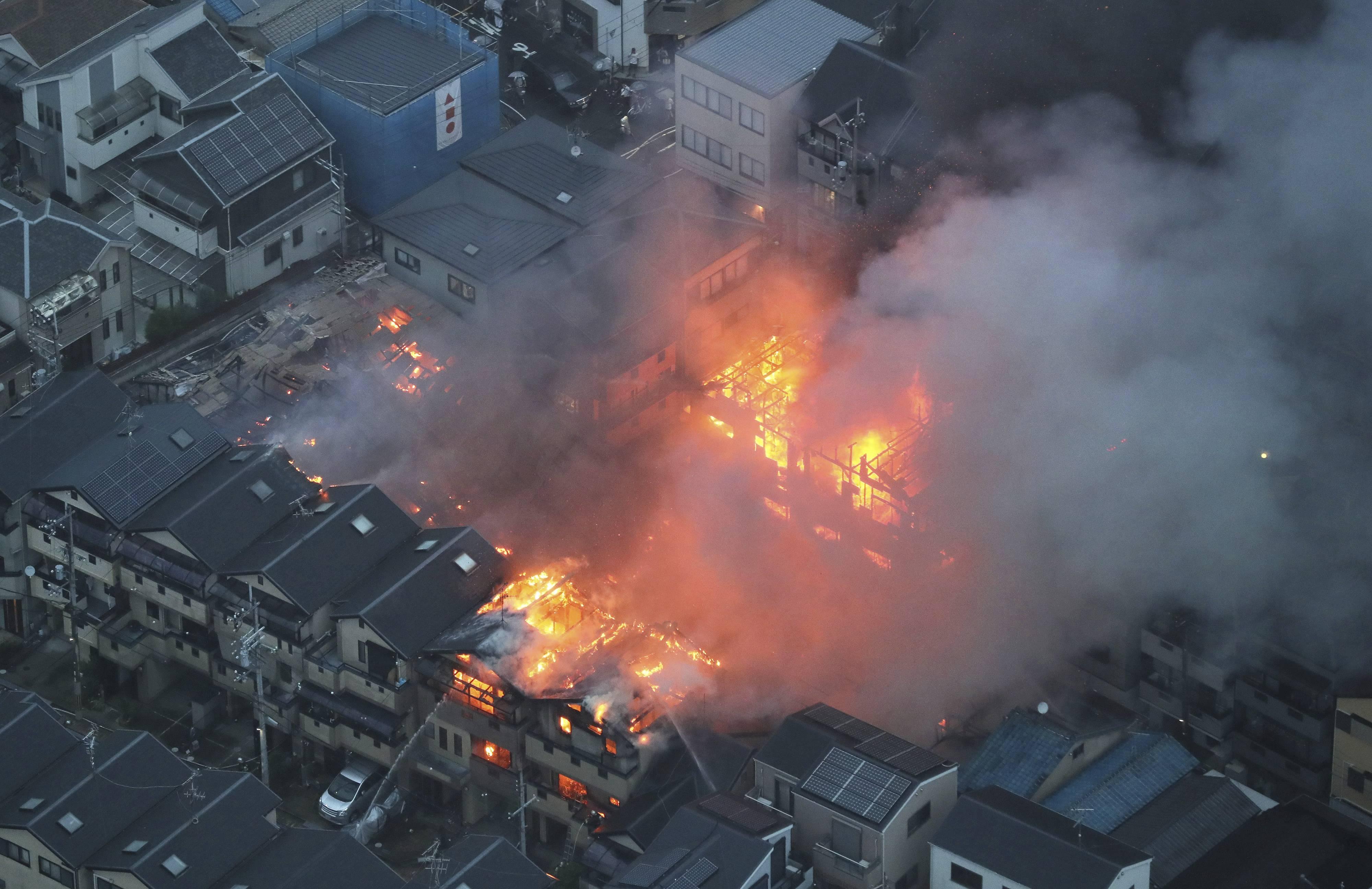 日本大阪一工厂突发大火 火势凶猛烧空屋顶