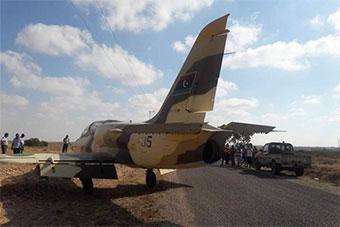 不容易:利比亚L39教练机迫降突尼斯乡村公路