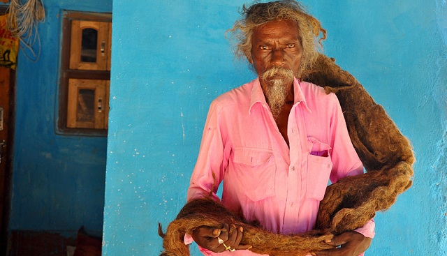 """印度老人受""""神灵""""感召40年不理发 头发缠绕如地毯"""