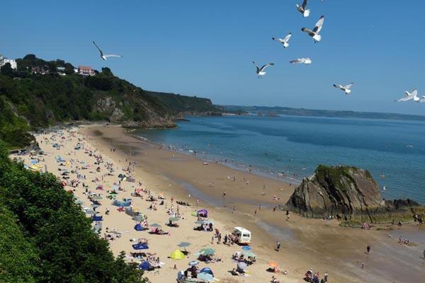 英国威尔士迎高温天气 民众前往海滩消暑