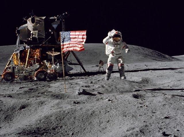 月球也要讲环保?英媒统计宇航员留下的垃圾和粪便