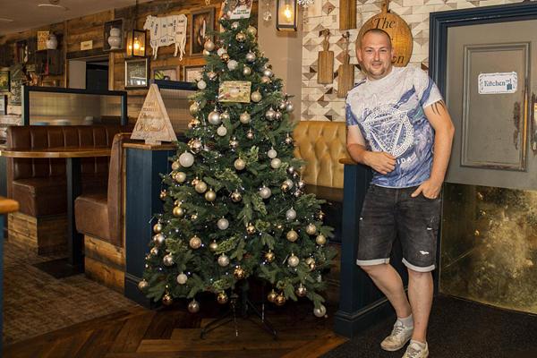 """假装在过冬?英国酒吧大热天摆出圣诞树寻求""""心理安慰"""""""
