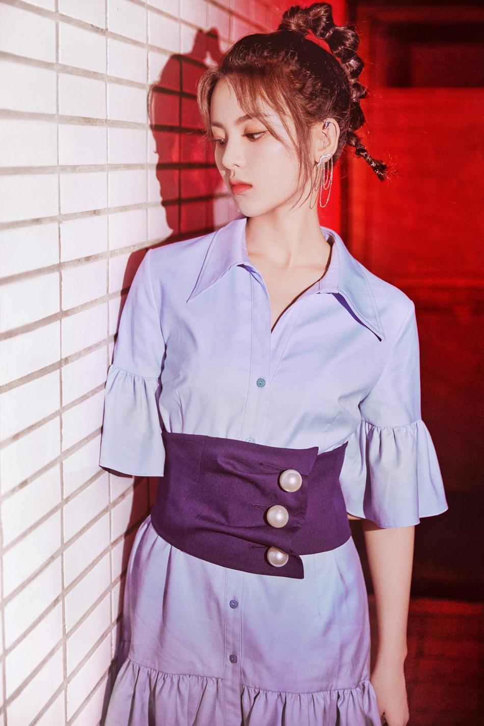杨超越穿蓝色荷叶裙锁骨傲人 高马尾更添少女俏皮活力