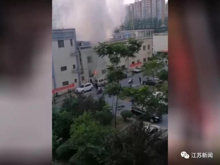消防员冒着高温灭火 15岁女孩看到后一个举动刷屏
