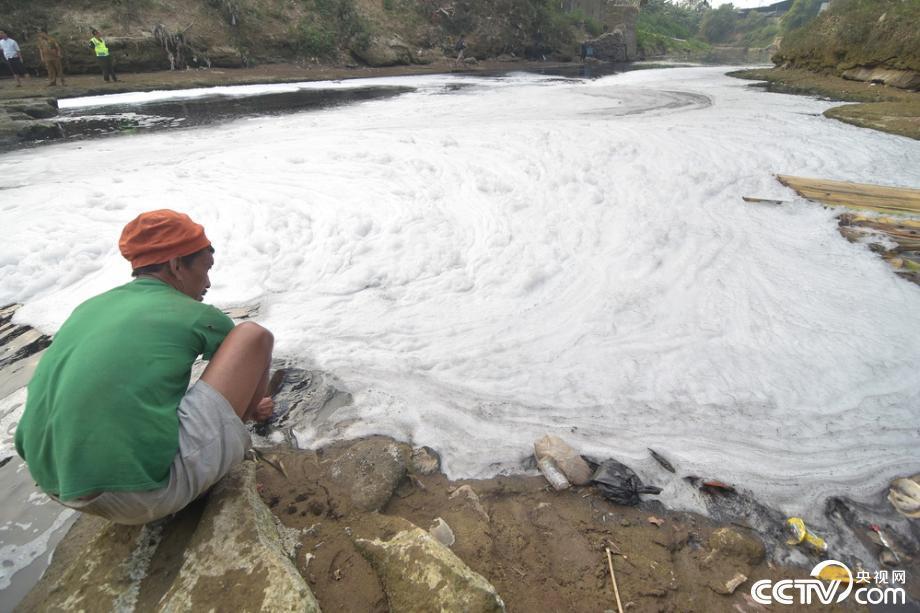 印尼一河流被倾倒有毒物质 漂浮大量白色泡沫