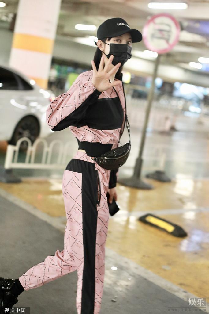 张俪现身机场 穿粉嫩露脐装身材吸睛