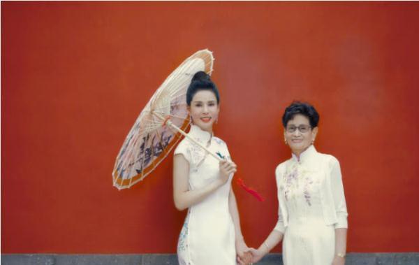 李若彤和母亲穿旗袍拍写真,母女俩深情对望让人羡慕