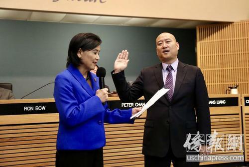 中国侨网美国蒙特利公园市市长梁侨汉在就职仪式上宣誓就职,左为美国联邦众议员赵美心。(美国《侨报》/邱晨 摄)