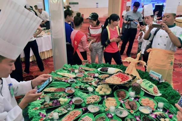 昆明百余位滇菜厨师拼厨艺