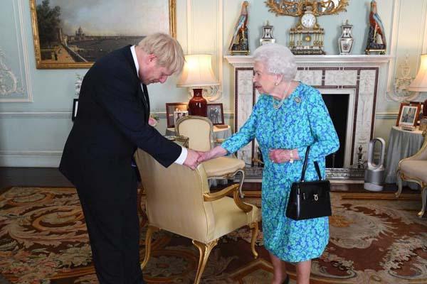 英国女王伊丽莎白二世在白金汉宫会见约翰逊
