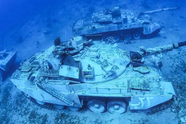 约旦建水下军事博物馆 直升机坦克沉入海底