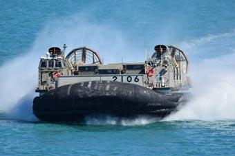 海自气垫登陆艇在澳演练海滩登陆