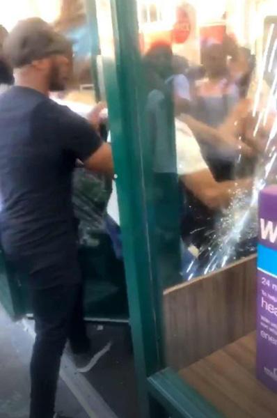 英保健品商店店员遭两名女顾客暴打 因其怀疑二人偷窃