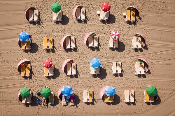 热浪席卷欧洲 荷兰海滩缤纷遮阳伞充满夏日气息