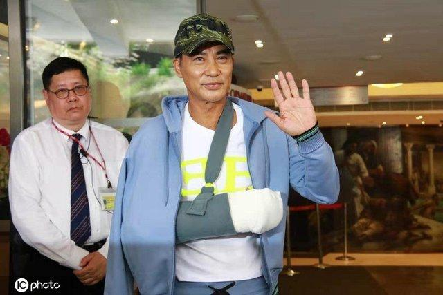64岁任达华遇袭后5天终康复出院,精气神不错