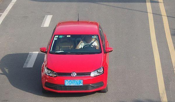 重庆交巡警:今年已查处开车时打电话玩手机3.5万起