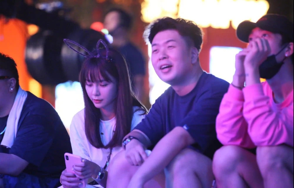 杜海涛沈梦辰合体现身音乐节 两人眼神爱意满满