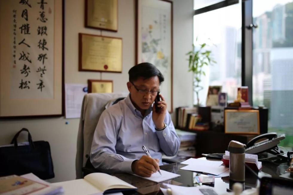 独家专访父母墓地被毁后的香港议员:英国驻华大使曾想拉我倒戈