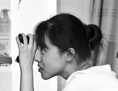 """周芷晴在课堂上使用特殊""""文具""""望远镜"""