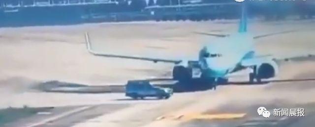 飞机正滑行,一辆汽车横穿过来!画面太惊险