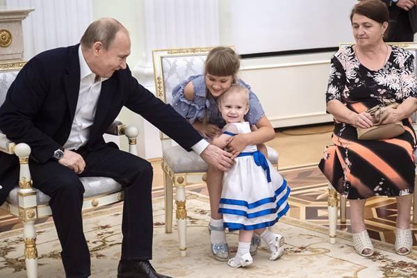 俄总统普京会见洪水灾民 逗弄萌娃亲民力MAX