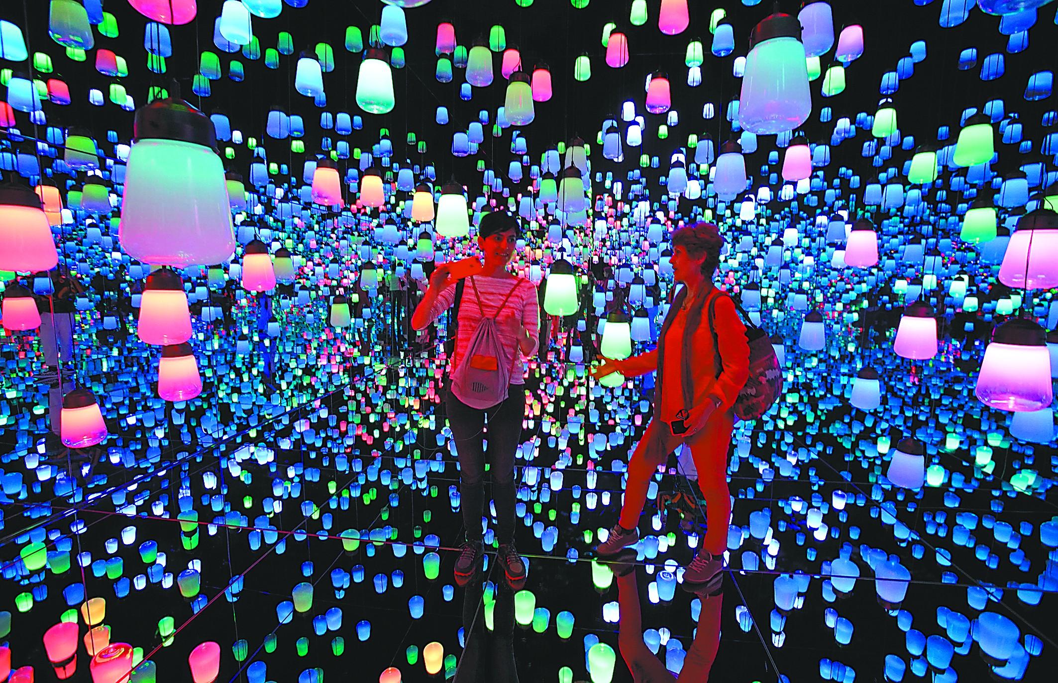 走进日本黑科技艺术馆奇幻梦境