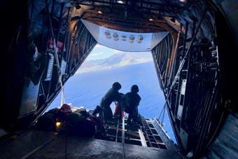 美搜救飞机在夏威夷海域演习 罕见舱尾视角曝光