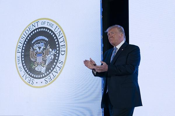 谷歌搜索错误?特朗普演讲 背景却出现假总统徽章
