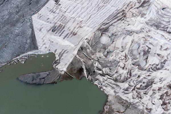 """怕冰川""""热化"""" 瑞士给阿尔卑斯最古老冰川盖被子"""