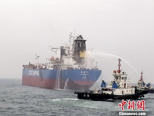 一油輪在大連海域起火 大連海事局成功營救29名船員