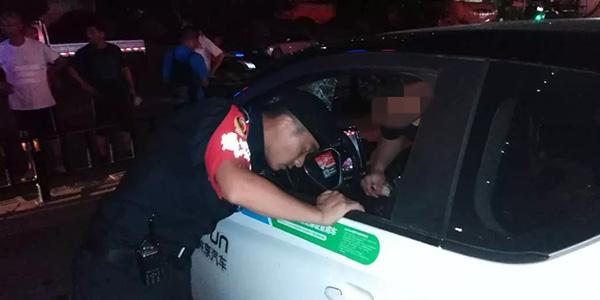 杭州男子三伏天被困共享电动汽车内几近虚脱,民警破窗救人