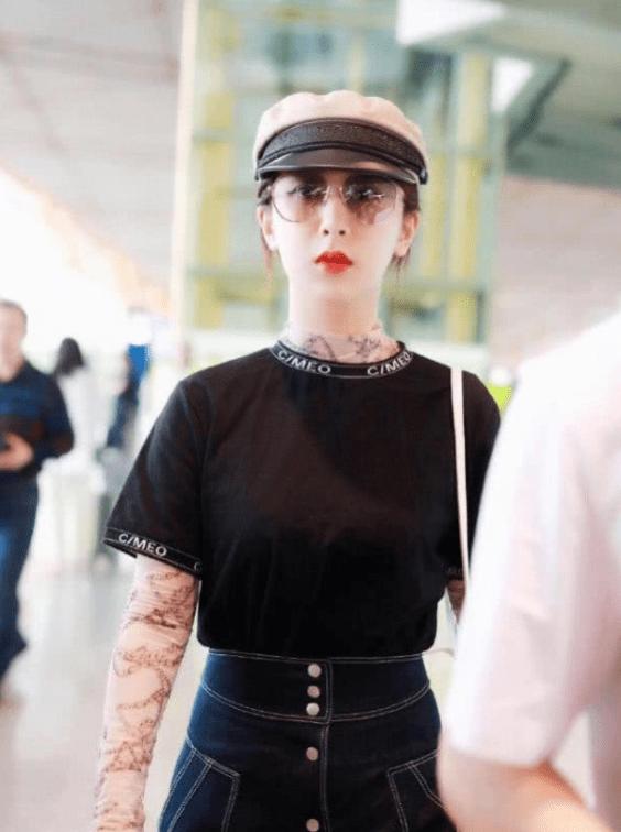 杨紫现身机场遭粉丝强拉合影 花容失色表情略尴尬
