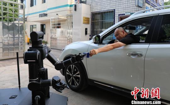 """国内首款VR远程遥控变电站""""机甲战士""""上岗"""