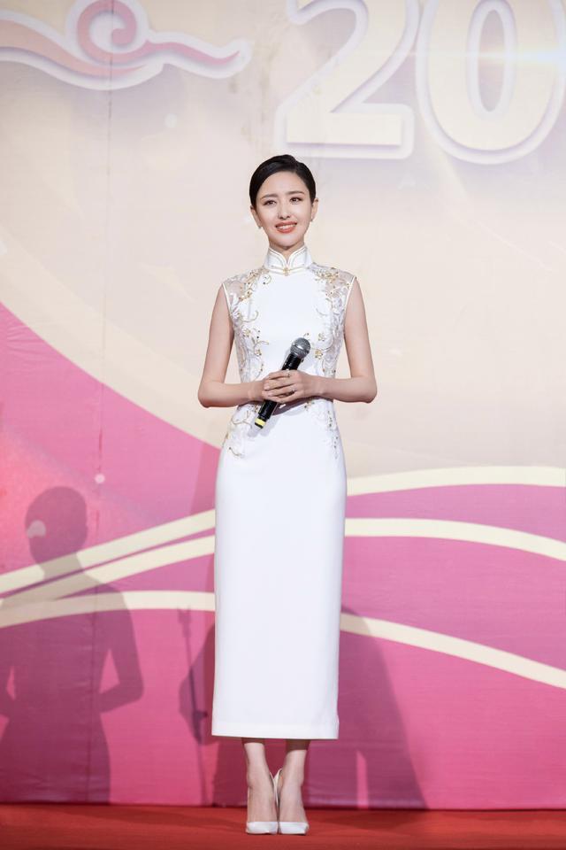 佟丽娅身穿金色旗袍现身某活动,网友:捕捉一枚穿着旗袍的仙女丫