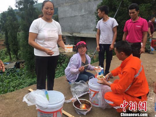"""貴州水城山體滑坡救援:村民清晨做""""愛心餐"""" 肩挑近兩公里"""