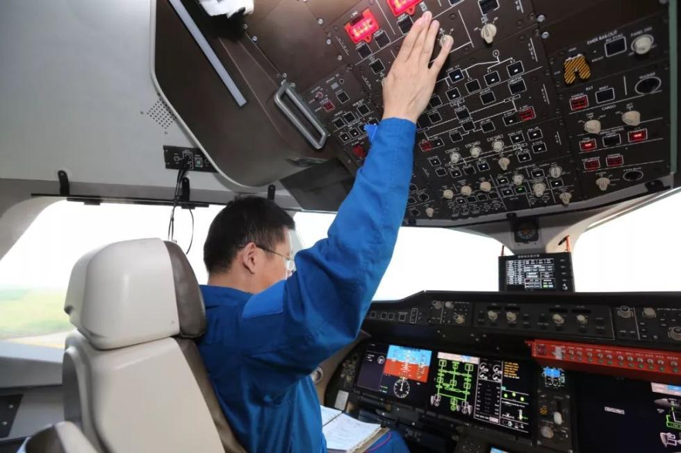 C919第三架成功转场,驾驶舱高清大图来了