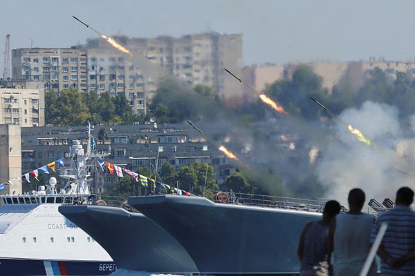 俄罗斯海军日阅兵彩排持续进行 场面壮观
