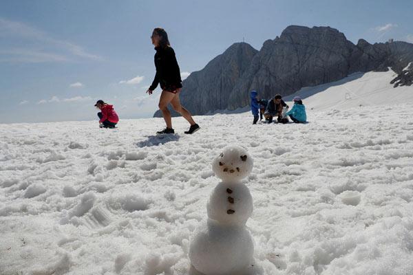 奥地利迎高温天气 游客前往冰川消暑