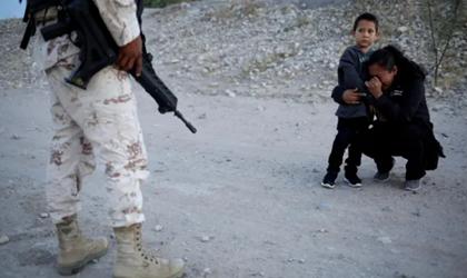"""又一张美墨边境移民照""""火了"""":母亲为孩子""""赴美""""当着国民警卫队员的面抹眼泪"""