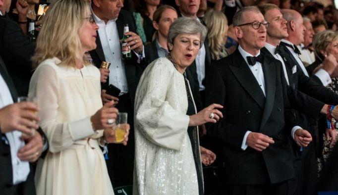 她站起身,走向丈夫,哭着成了前首相!英媒: