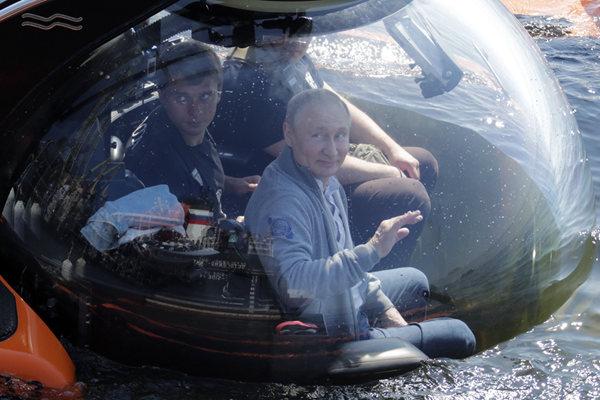 普京乘潜水器潜入海里 查看二战中被炸沉的苏联潜艇