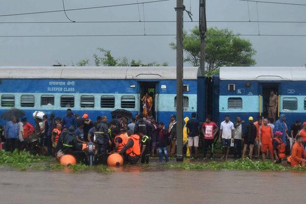 印度暴雨洪水导致火车受困 700名乘客全数被救出