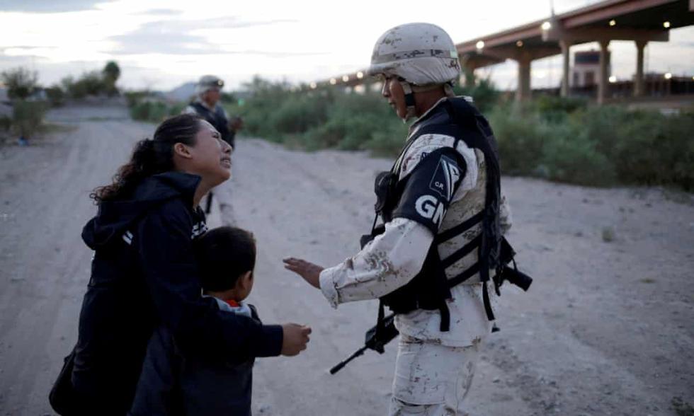 瓯北团购为卿张狂美墨边境危地马拉母子被战士拦下乞求放行,移民问题再引热议