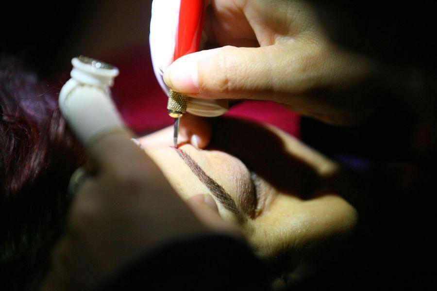 女子街边纹眉,竟感染了这种传染病!每年35万人的死亡与它相关